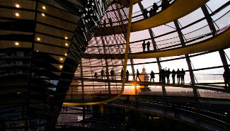 Touristen im Inneren der Berliner Reichstagskuppel.