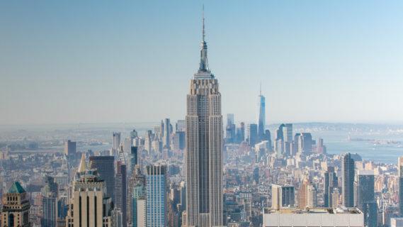 Skyline von New York mit dem Empire State Building im Vordergrund.