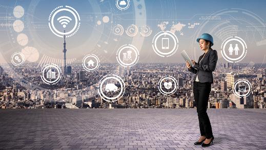 Frau mit Bauhelm tippt auf einem Tablet-PC, grafische Elemente im Hintergrund.