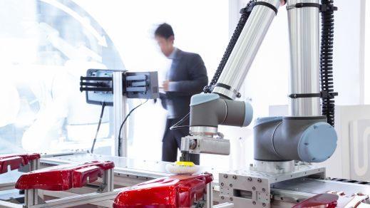Automatisierter Roboterarm poliert Teile in der Automobilproduktion